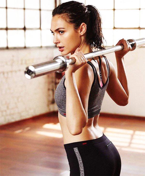 Gal-Gadot-wonder-woman-workout performing squats and romanian deadlifts.