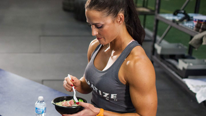 bodybuilder diet for women showing a woman eating a tuna salad