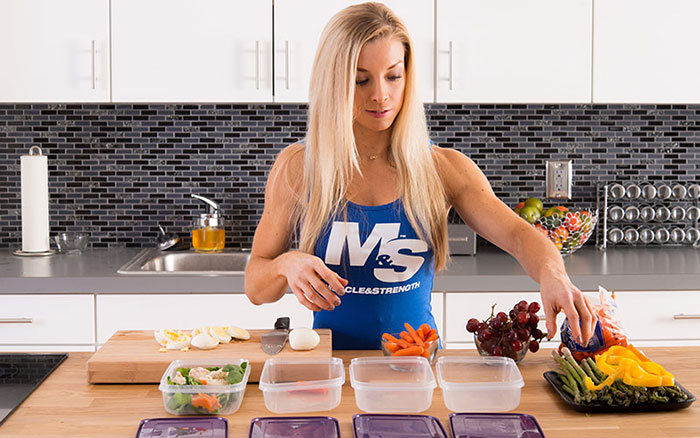 woman bodybuilder doing meal prep