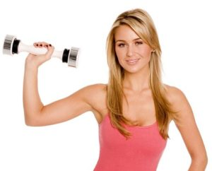Woman using shake weight to tone her arms. Weird fitness trends that you should avoid