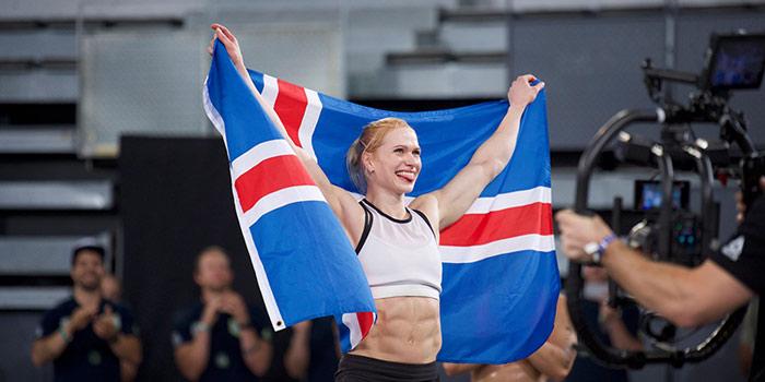 Anníe Mist Þórisdóttir with Icelandic flag