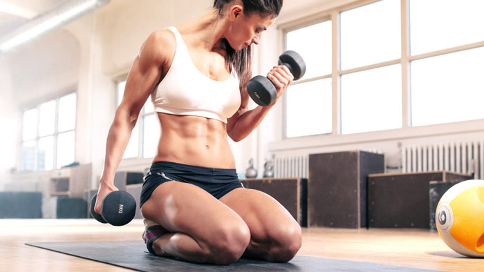 woman strength training to turn fat into muscle