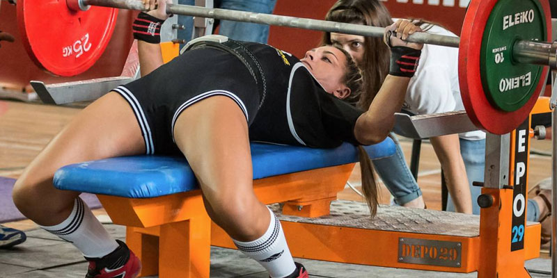 Woman-powerlifting-bench-press